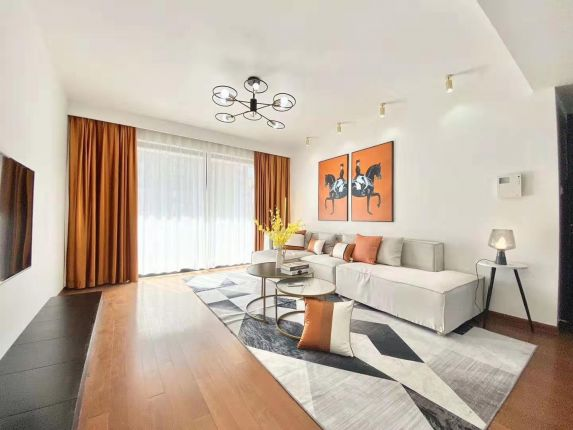 New renovated high rise expat apt close to metro